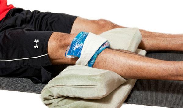 холодный компресс на пораженном суставе