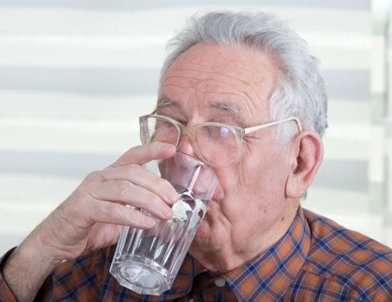 мужчина пьет минеральную воду