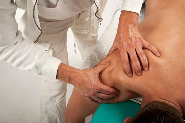 массаж плечевого сустава