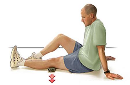 упражнение, придавливание валика к полу