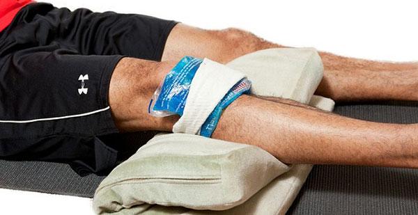 прикладывание льда на коленный сустав