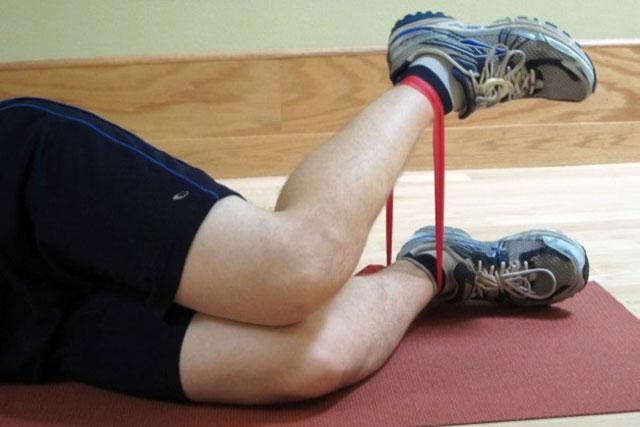 упражнение лежа на боку с эластичной лентой – для укрепления мышц вокруг колена