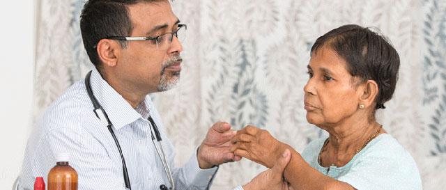ревматолог осматривает пациента