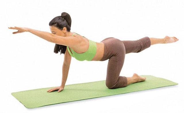 упражнение с одновременным подниманием руки и ноги