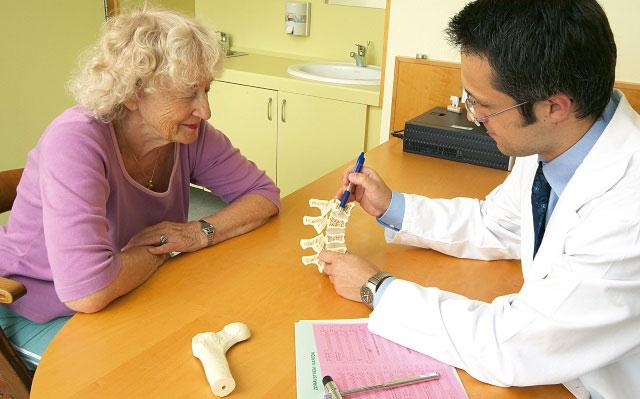 врач-ортопед и пациентка