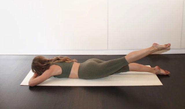 поочередные подъемы ног из положения лежа на животе