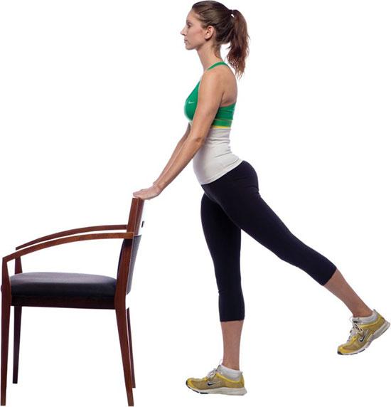 махи ногами назад с опорой на стул