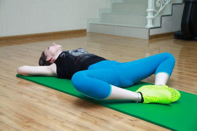 разведение согнутых в коленях ног из положения лежа на спине