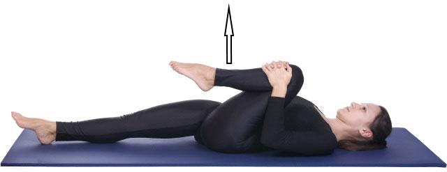 подтягивание колена к груди и выпрямление ноги вверх