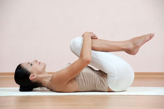 прижимание коленей к груди