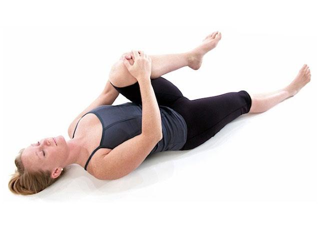 поочередное подтягивание коленей к груди