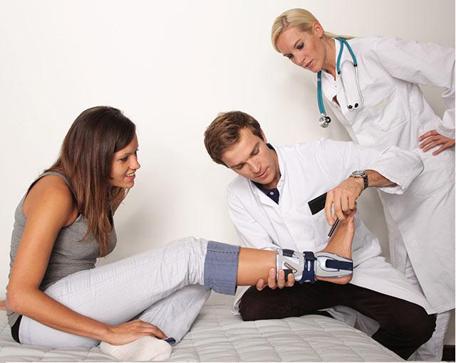 пациент на приеме у ортопеда